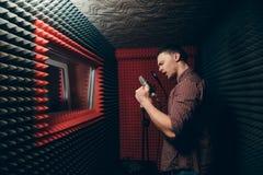 Den brutala mannen sjunger sången inomhus arkivbilder