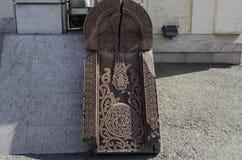 Den brutna stenen med korset Royaltyfri Bild