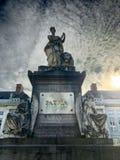 Den Bryssel Belgien detaljen av monumentet för marmorstatyn i martyr kvadrerar mot molnig blå himmel arkivbild