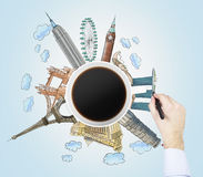 Den bästa sikten av en färgglade kaffekopp och handattraktionerna skissar av de mest berömda städerna i världen Begreppet av resa Arkivbild