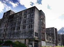 Den Buckner byggnaden inhyste en gång den hela staden av Whittier, Alaska Royaltyfri Foto