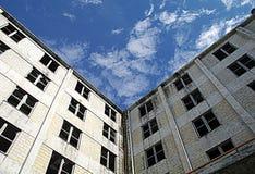Den Buckner byggnaden inhyste en gång den hela staden av Whittier, Alaska Arkivfoton