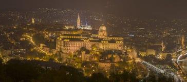 Den Buda slotten i natten Arkivbild