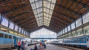 Den Budapest Ungern 03 15 2019 passagerare väntar på den västra järnvägsstationen i Budapest fotografering för bildbyråer