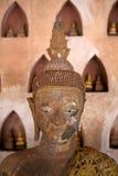 Den Buddha statyn grundar i cloisteren av Wat Si Saket, i Vientiane, Laos Arkivbild