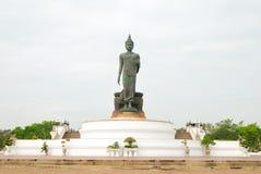 Den Buddha statyn i parkera Arkivbilder