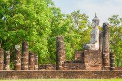 Den Buddhaskulptur och templet fördärvar Arkivfoton