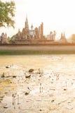 Den Buddhaskulptur och templet fördärvar Fotografering för Bildbyråer