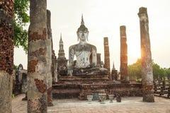 Den Buddhaskulptur och templet fördärvar Royaltyfri Foto