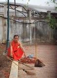 Den Buddist munken vilar efter renhållningen Royaltyfria Foton