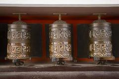 Den buddistiska bönen rullar in den tibetana kloster med skriftlig mantra himalayan nepal by royaltyfria foton