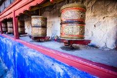 Den buddistiska bönen rullar in den tibetana kloster med skriftlig mantra. Indien Himalaya, Ladakh arkivfoto