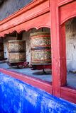 Den buddistiska bönen rullar in den tibetana kloster med skriftlig mantra. Indien Himalaya, Ladakh royaltyfri foto