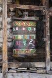 Den buddistiska bönen rullar in den tibetana kloster med skriftlig mantra himalayan nepal by royaltyfria bilder
