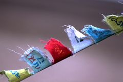 Den buddistiska bönen sjunker flyg med vind Arkivfoton