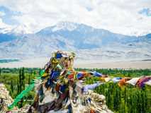 Den buddistiska bönen sjunker med blå himmel och berget på bakgrund Royaltyfri Fotografi