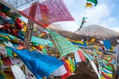 Den buddistiska bönen sjunker mot blå himmel i Tibet Arkivbild