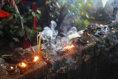 Den buddistiska bönen undersöker Julian Bound Arkivbilder