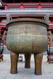 Den buddistiska bronskitteln i den Chongshen kloster. Arkivbilder