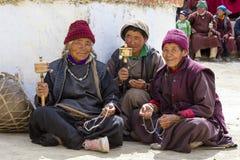 Den buddistiska gamla människor under mystisk maskering som dansar Tsam gåta, dansar i tid av Yuru Kabgyat den buddistiska festiv Royaltyfri Foto