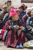 Den buddistiska gamla människor under mystisk maskering som dansar Tsam gåta, dansar i tid av Yuru Kabgyat den buddistiska festiv Arkivfoto