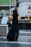Den buddistiska kvinnan ber, nära stor shoppinggalleria, Bangkok Royaltyfria Foton