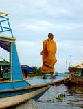 den buddistiska lakemonken underminerar tonle Arkivbild