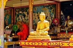 Den buddistiska monken ber i det stora Buddha tempelet, Koh Samui - Thailand Royaltyfri Foto