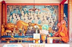 Den buddistiska monken ber i det stora Buddha tempelet, Koh Samui - Thailand Royaltyfria Bilder