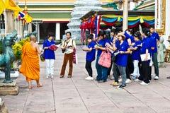 Den buddistiska munken förklarar hemligheterna Royaltyfria Foton