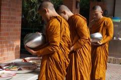 Den buddistiska munken mottar mat för att äta Arkivfoto