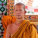 Den buddistiska munken poserar för ett foto på den buddistiska templet från Damnoen Saduak som svävar marknaden Royaltyfri Foto
