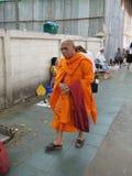 Den buddistiska munken som går vidare gator av marknaden royaltyfria foton