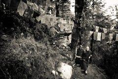 Den buddistiska nunnan på Kora går, McLeod Ganj, Indien Arkivfoto