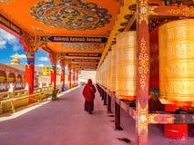 Den buddistiska nunnan som går på bönen, rullar in Yarchen Gar Monastery Royaltyfria Foton
