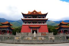 Den buddistiska paviljongen och den lilla Buddhastatyn i den Chongshen kloster. Fotografering för Bildbyråer