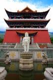 Den buddistiska paviljongen och den lilla Buddhastatyn i den Chongshen kloster. Royaltyfri Fotografi