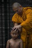 Den buddistiska pojken rakades av munken Fotografering för Bildbyråer