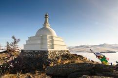 Den buddistiska Stupaen av insikten i vinter på den Ogoy ön längs Baikal sjön, Irkurtsk, Ryssland royaltyfri fotografi