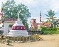 Den buddistiska templet och den kristna kyrkan Royaltyfri Fotografi