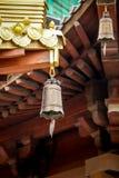 Den buddistiska templet Sätter en klocka på - Jing An Tranquility Temple - Shanghai, Kina royaltyfri bild