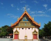 Den buddistiska templet Wat Triphara Simakhet badade i morgonljuset Fotografering för Bildbyråer