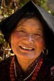 Den buddistiska tibetana kvinnan, Kora går, McLeod Ganj, Indien Arkivbild
