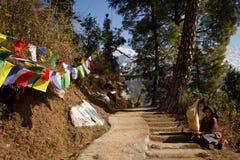 Den buddistiska tibetana kvinnan, Kora går, McLeod Ganj, Indien Arkivbilder