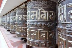 Den buddistiska tibetian bönen rullar in Katmandu, Nepal royaltyfri fotografi