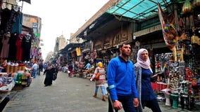 Den bullriga gatan av den gamla basaren i Kairo stock video