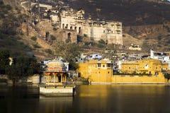 Den Bundi slotten reflekterad på bevattnar Royaltyfri Fotografi