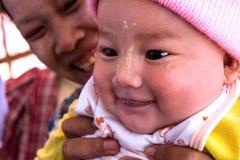 Den Burmese kvinnan med henne behandla som ett barn i December 14, 2012 i Kyaikto, Myanmar Arkivfoton