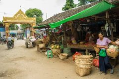 Den Burmese Nyaung-U marknaden, med stannar sälja olika objekt, nära Bagan, Myanmar arkivfoton
