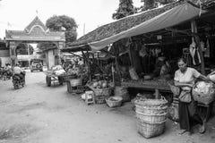 Den Burmese Nyaung-U marknaden, med stannar s?lja olika objekt, n?ra Bagan, Myanmar arkivbilder